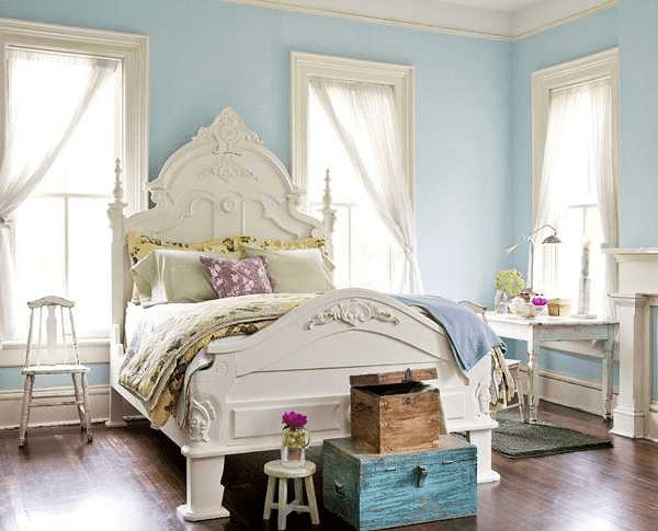 Decorating a bedroom with blue walls