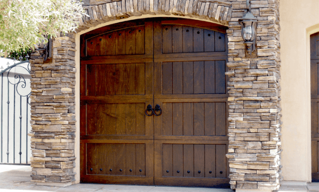 Garage door styles for ranch house for Ranch house garage doors
