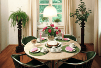 How to Decorate a Round Dining Table for small family