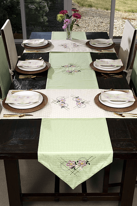 How to decorate dining room table with runner
